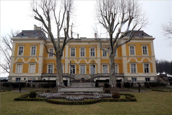 Megújul a füzérradványi Károlyi-kastély. Helyszin.Info.