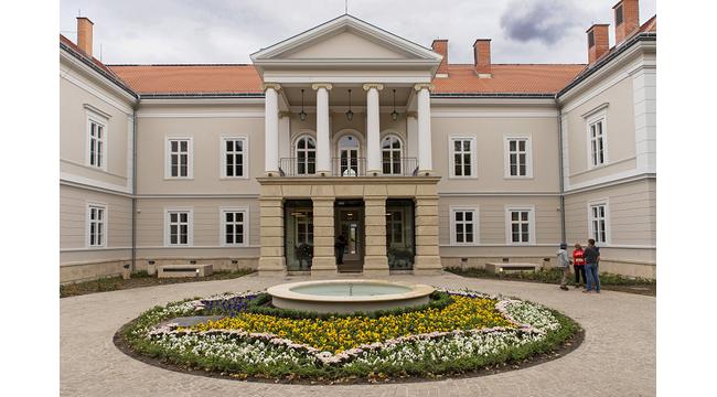 Átadták a felújított bodajki vadászkastélyt, a klasszicista Hochburg-Miske-kastélyt. Helyszín Info 2021.