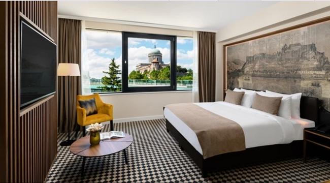 Megnyitott az esztergomi Grand Hotel Esztergom a Prímás szigeten, szemben a Hotel Portobello épületével. Helyszin Info 2021.
